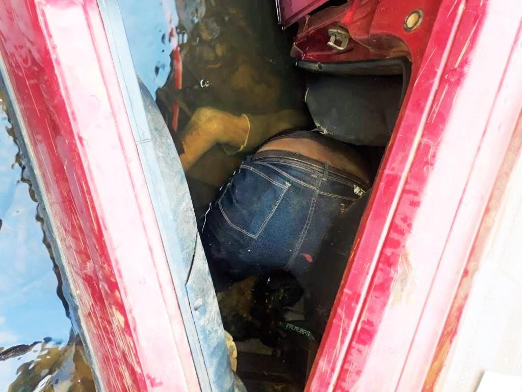 Idoso morre após capotar carro e cair dentro de rio em distrito de Porto Velho